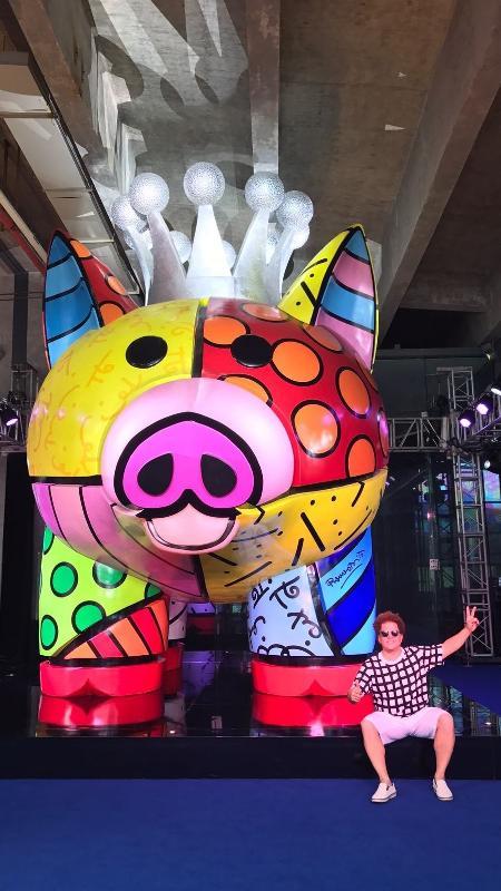 Romero Britto ao lado de sua obra mais recente, feita para bilionário chinês  - Divulgação