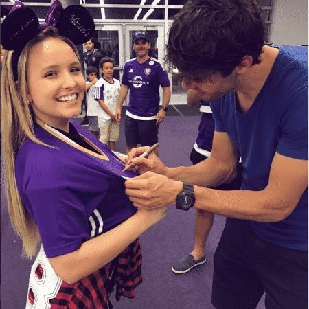 Larissa Manoela ganha autógrafo do jogador Kaká - Reprodução/Instagram/larissamanoela