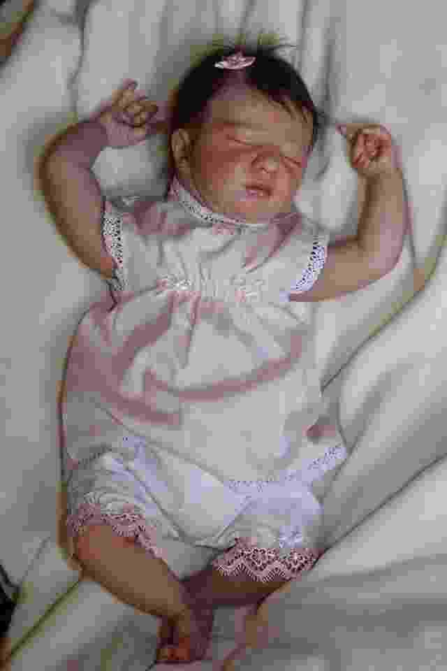 A bebê Giovanna tem 50 cm e pesa 2,150 kg; a boneca foi vendida em julho pela artista Rosana Ritacco - Reprodução/Facebook/Rosana Ritacco - Art Reborn