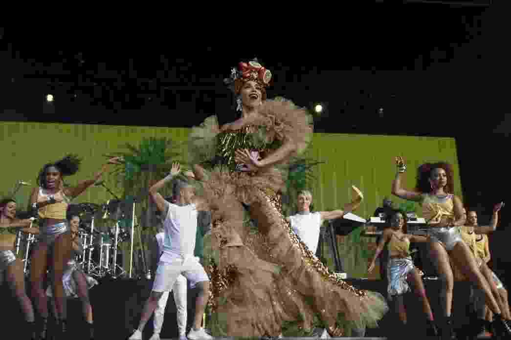 """Anitta entrou no palco ao som de ?Tico Tico no Fubá? e com um figurino que remetia à Carmen Miranda. No repertório, ela sampleou ainda músicas famosas de Mariah Carey, MC Kevinho, e até Tom Jobim com """"Garota de Ipanema"""" - Divulgação"""