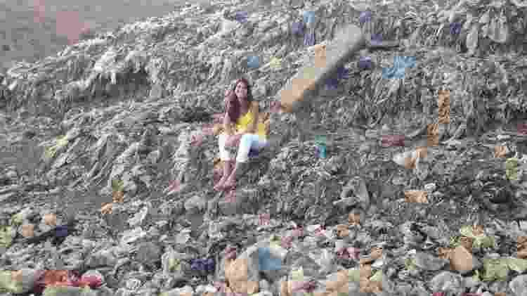 Sandra posa no lixão, anos depois de passar a infância nele - Arquivo Pessoal