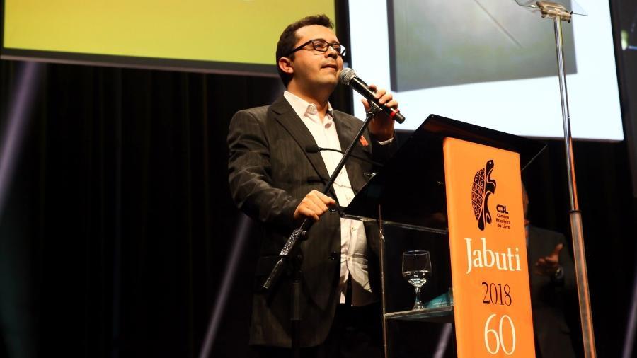 """Mailson Furtado Viana discursa no Jabuti ao ganhar o prêmio de Melhor Livro do Ano por """"À Cidade"""" - Marcos Ribas/Brazil News"""