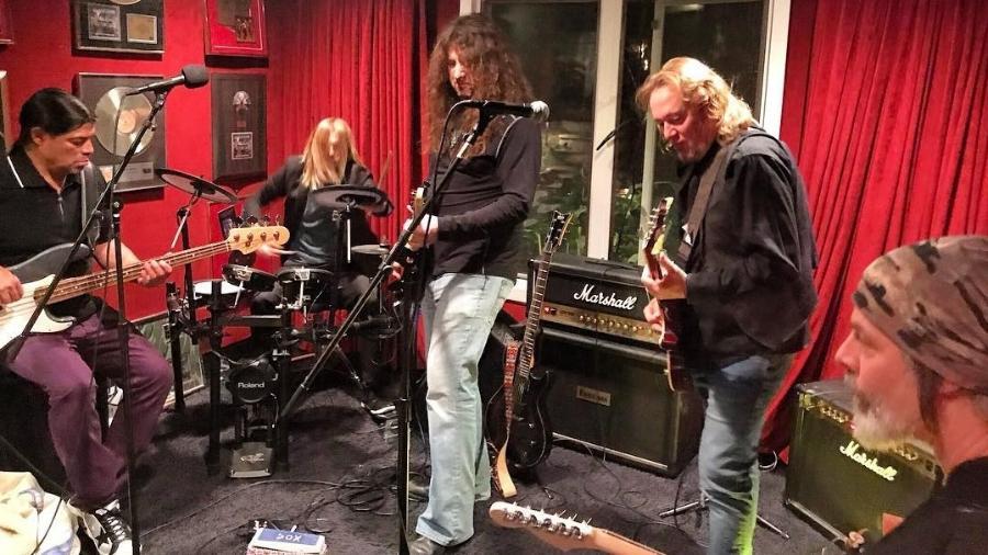Rob Trujillo (baixo, Metallica), Taylor Hawkins (baterista, Foo Fighters), Adrian Smith (guitarrista, Iron Maiden), Howie Simon (guitarrista, Alcatrazz) e Richie Kotzen (ex-guitarrista do Poison e Mr. Big) se reúnem para uma jam session - Reprodução/Instagram/@howiesimon