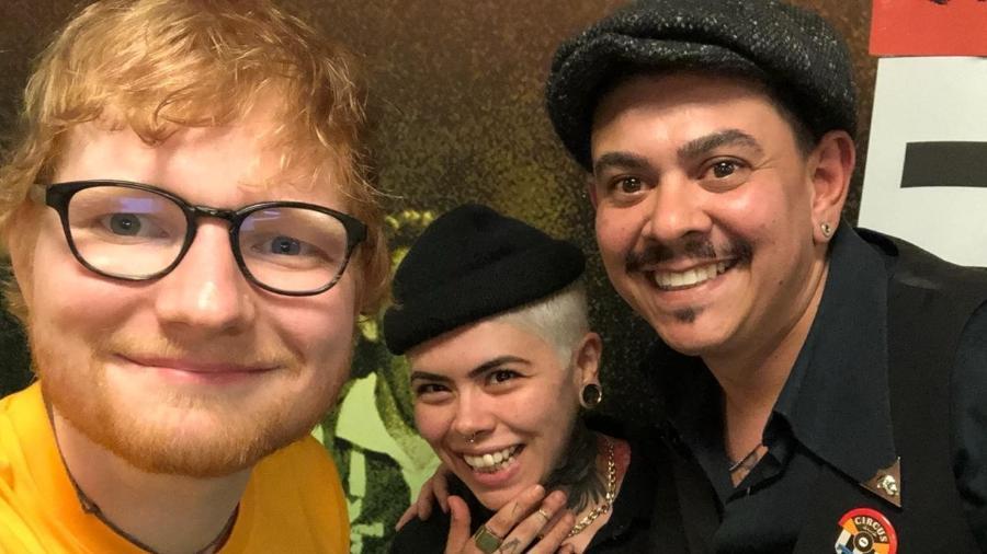 Ed Sheeran fez selfie com Gabi Pais e Rodrigo Lima, que fizeram, respectivamente, a barba e o cabelo do artista - Arquivo Pessoal