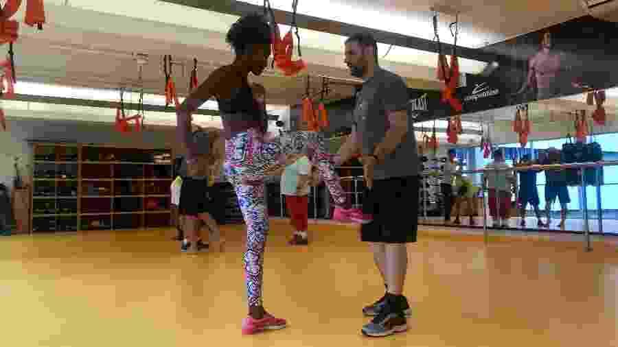 Larissa aprende golpes de defesa pessoal com o professor Mateus, da academia Competition - Andrea Miramontes/UOL