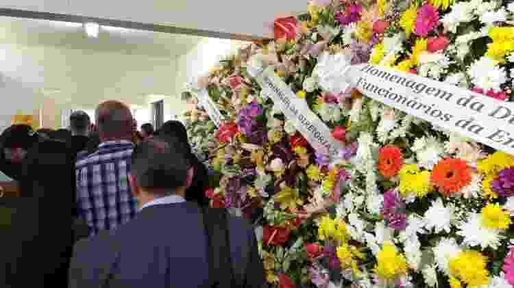 Coroas de flores na entrada do Cemitério Campo Grande, onde ocorre o velório de Rafael Miguel e seus pais - Paulo Pacheco/UOL