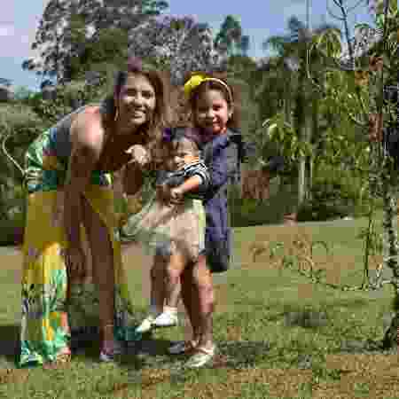 Fabíola Corrêa com filhas Maitê e Cecília: carreira profissional caminha junto com a maternidade  - Arquivo pessoal