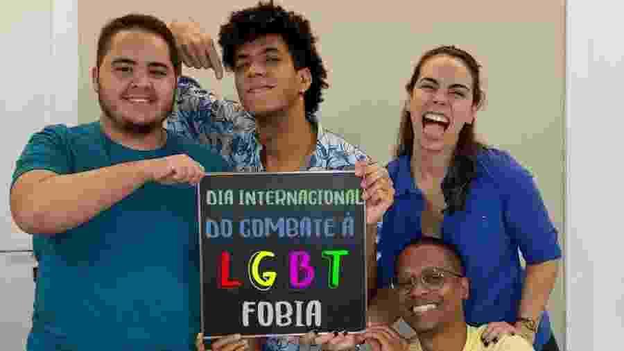 Tairo Rodrigues (esq.) posa ao lado de colegas em campanha apoiada pela Sanar - Divulgação/Sanar