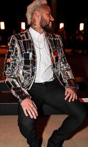 Neymar de blazer espelhado da marca francesa Balmain