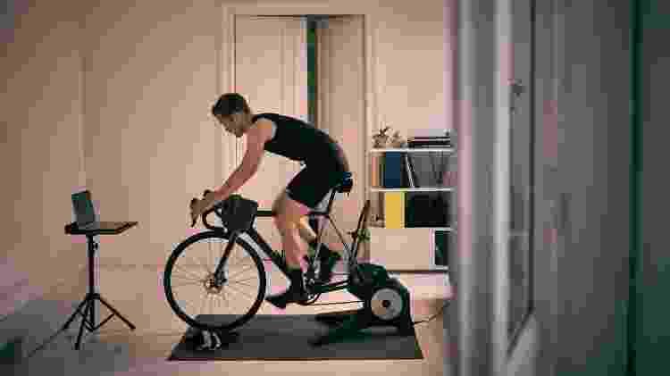 Treino bike indoor, rolo de ciclismo - iStock - iStock