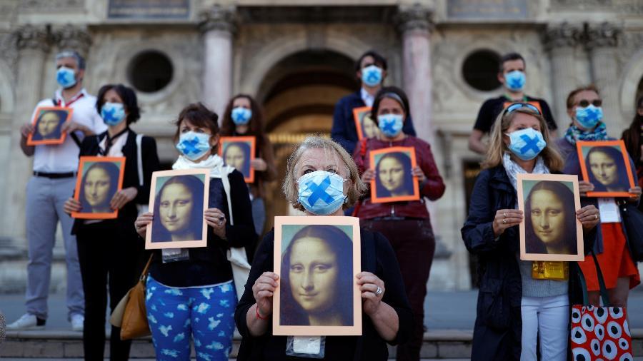 Guias protestam do lado de fora do Louvre - REUTERS/Christian Hartmann