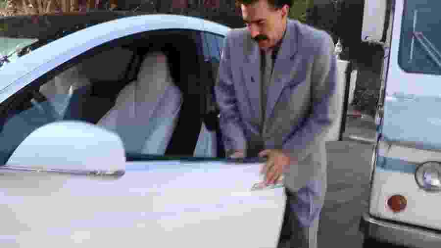 Borat bate em Tesla Model X - Reprodução