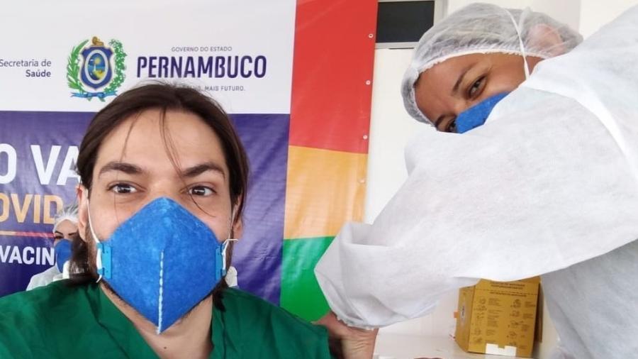 Irmão de Túlio Gadêlha toma vacina contra Covid-19 e o deputado comemora  - Reprodução/Instagram