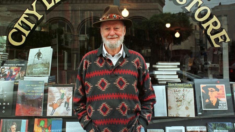 Lawrence Ferlinghetti em sua livraria em São Francisco - STRINGER/REUTERS