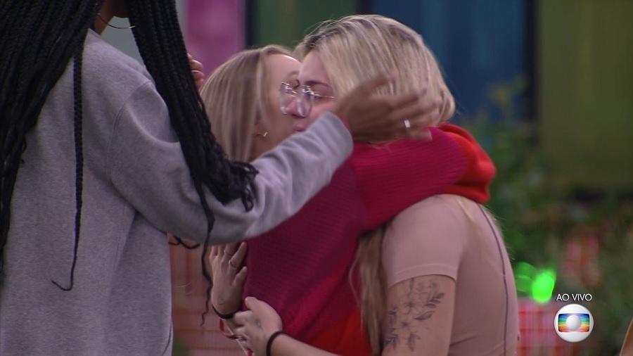 BBB 21: Viih Tube abraça Carla Diaz após sister indicar brothers ao paredão - Reprodução/Globoplay