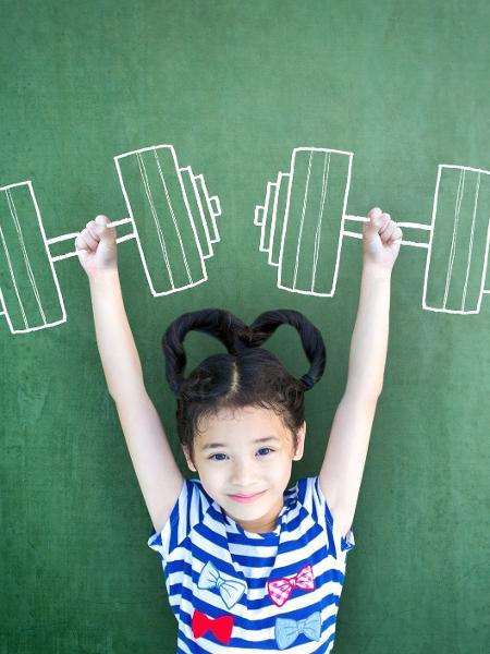 Menina brinca de levantar pesos - Chinnapong/Getty Images/iStockphoto