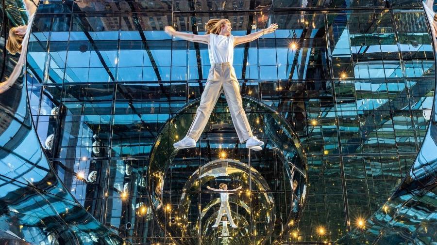 O novo observatório espelhado fica a 305 metros de altura na região central de Manhattan - Divulgação