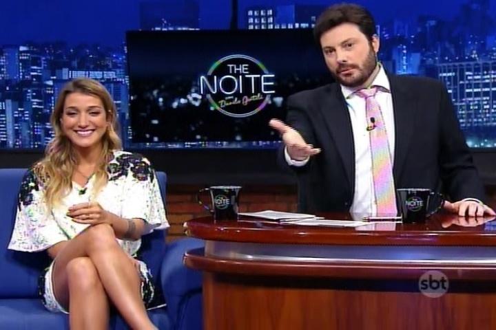 """9.jul.2015 - Danilo Gentili entrevista a blogueira Gabriela Pugliesi no """"The Noite"""", do SBT, desta quarta-feira"""