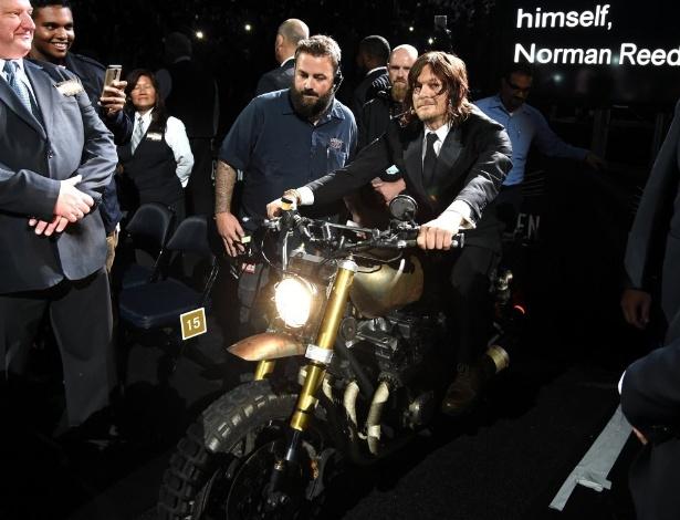 9.out.2015 - Norman Reedus chega ao Madison Square Garden pilotando a moto da série - Jamie McCarthy/Getty Images