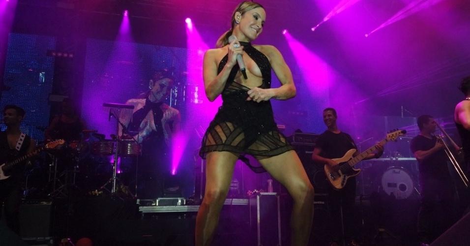 24.jan.2015 - Na madrugada deste domingo (24) a cantora baiana Claudia Leitte fez show no Balmasqué, em Recife. No baile mais tradicional do Brasil, ela abusou do decote do figurino