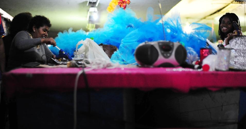 Preparativos no barracão da escola de samba Pérola Negra