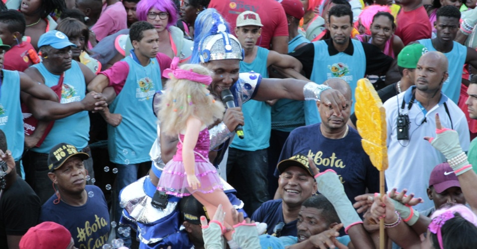 6.fev.2016 - Beto Jamaica ganha boneca durante desfile do Muquiranas no circuito Campo Grande, em Salvador. Em cima do trio, ele defendeu um Carnaval sem cordas