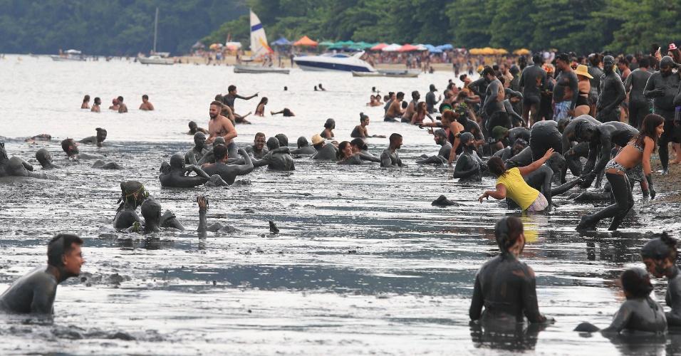 6.fev.2016 - O Bloco da Lama tem início com os foliões mergulhando no mangue da Praia do Jabaquara, em Paraty (RJ)