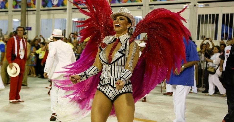 13.fev.2016 - A rainha de bateria do Salgueiro, Viviane Araújo, samba empolgada durante o Desfile das Campeãs