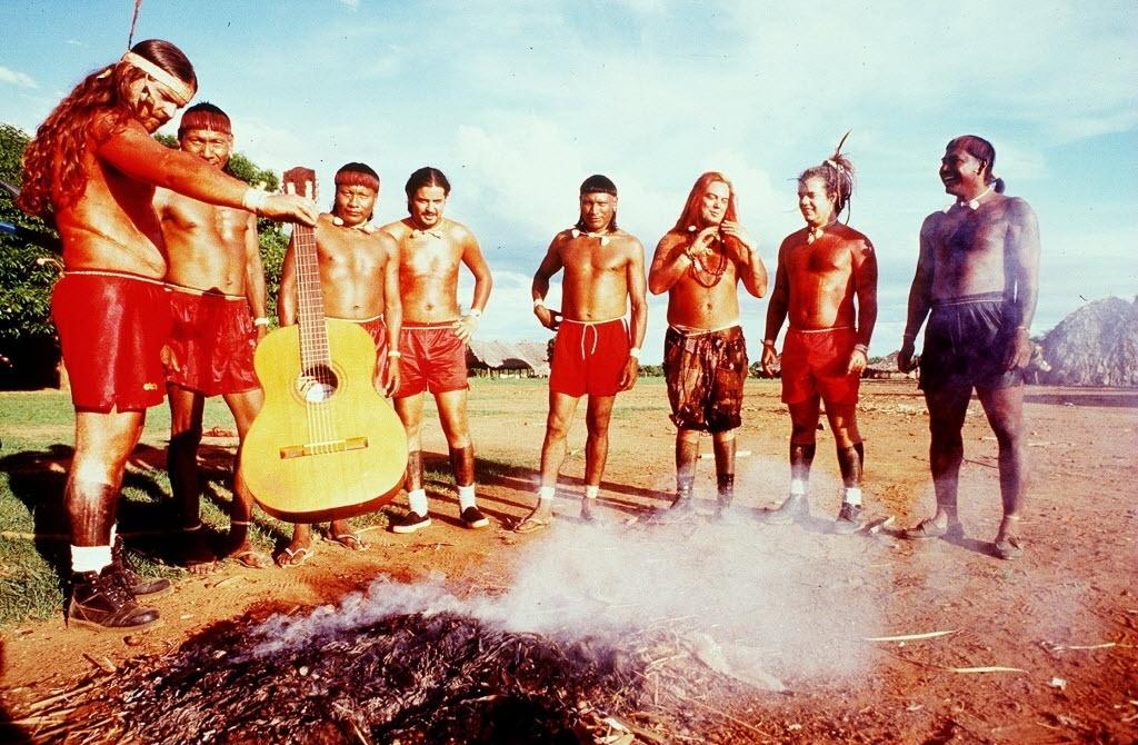 Nov.1995 - Integrantes da banda Sepultura na aldeia dos índios xavante, no Mato Grosso