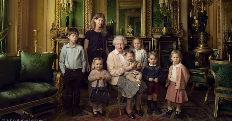 20.abr.2016 - A rainha Elizabeth aparece em fotos oficiais divulgadas pela Monarquia Britânica em comemoração aos seus 90 anos. Na imagem, ela aparece ao lado dos netos e bisnetos