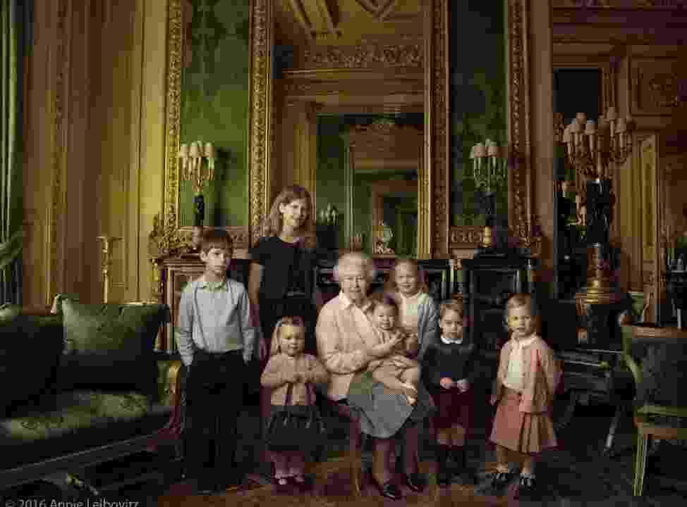 20.abr.2016 - A rainha Elizabeth aparece em fotos oficiais divulgadas pela Monarquia Britânica em comemoração aos seus 90 anos. Na imagem, ela aparece ao lado dos netos e bisnetos - Annie Leibovitz/Divulgação