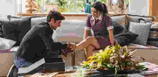 Felipe (Marcos Pitombo) calça o sapato de Shirlei (Sabrina Petraglia) lembrando a cena de um dos contos de fadas mais populares da história infantil - Divulgação/TV Globo/Artur Meninea