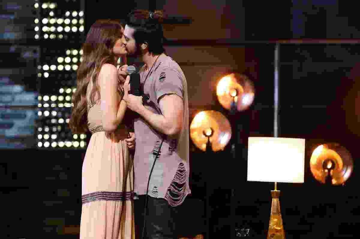 """18.ago.2016 - Camila Queiroz e Luan Santana se beijam durante gravação do DVD """"1977"""" do cantor sertanejo - Manuela Scarpa/Brazil News"""