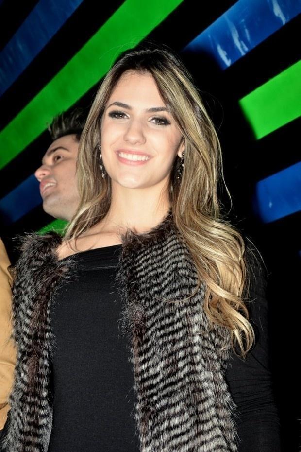 Jade Magalhães usa colete de pelos de animal falso em show de Luan Santana