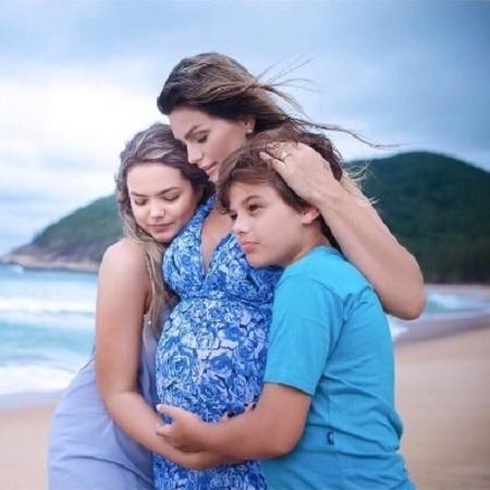 Kelly Key, grávida de Artur, posa com os filhos, Suzanna e Jaime - Reprodução/Instagram/oficialkellykey