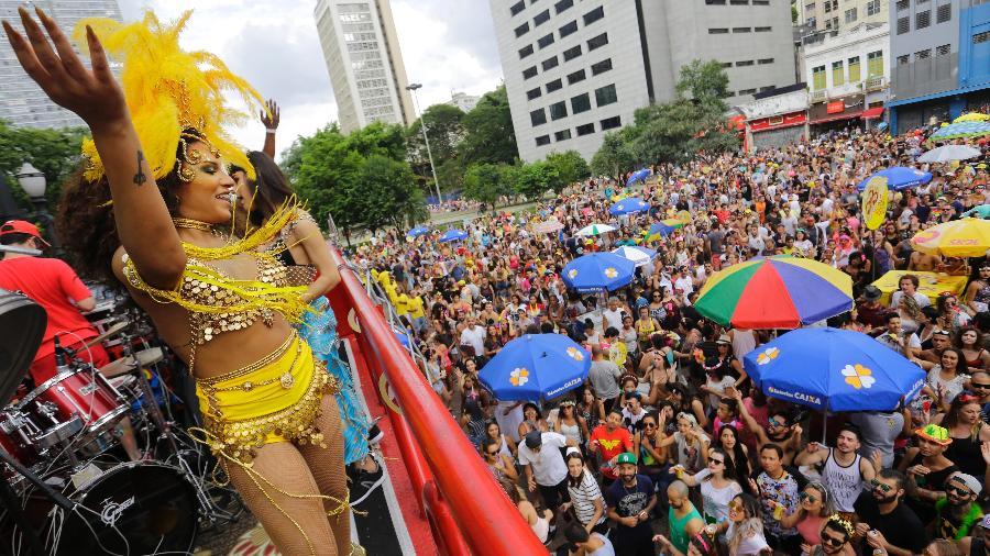 Foliões se concentram no Vale do Anhagabaú, em São Paulo, para esperar o bloco Domingo Ela Não vai - Reinaldo Canato/UOL