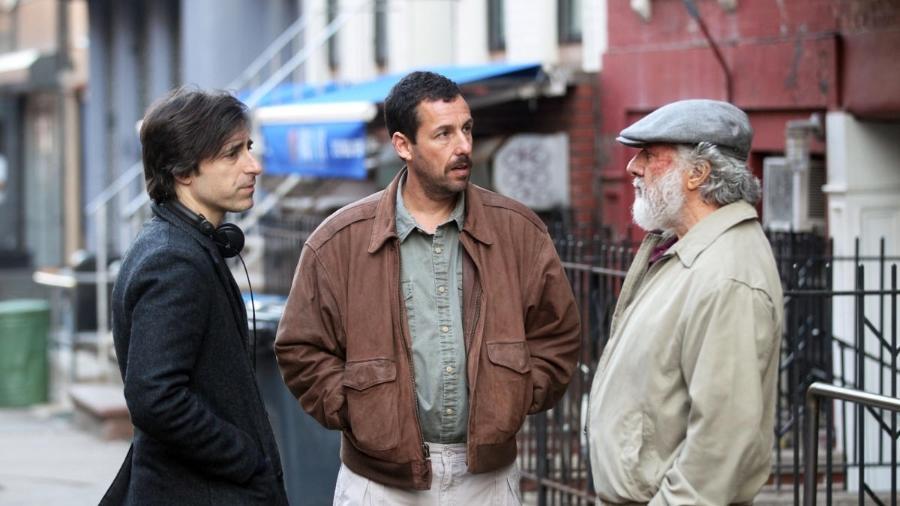 """Noah Baumbach, Adam Sandler e Dustin Hoffman durante as filmagens de """"The Meyerowitz Stories"""": Filme da Netflix está em competição - STEVE SANDS / GC / GETTY"""