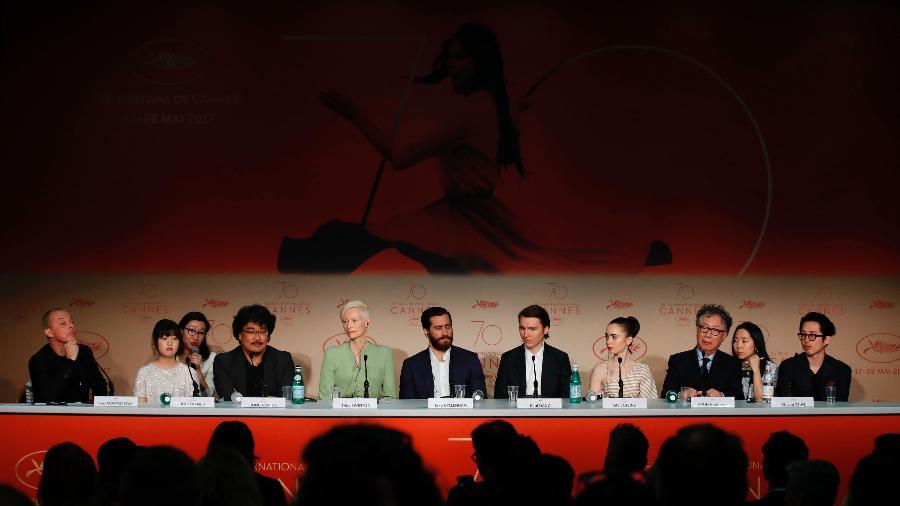 """O diretor Bong Joon-Ho e parte do elenco do filme """"Okja"""" conversa com a imprensa no Festival de Cannes de 2017 - Laurent Emmanuel/AFP Photo"""