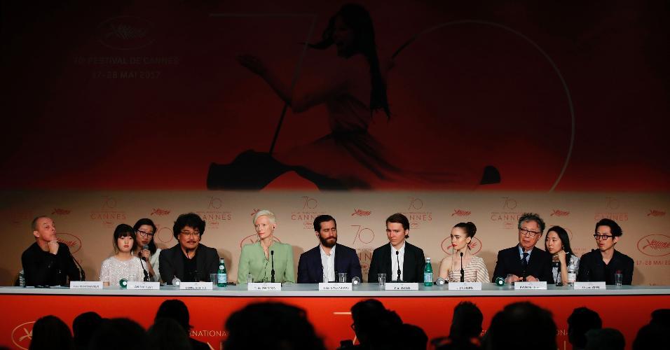 """O diretor Bong Joon-Ho e parte do elenco do filme """"Okja"""" conversa com a imprensa no Festival de Cannes, na França"""