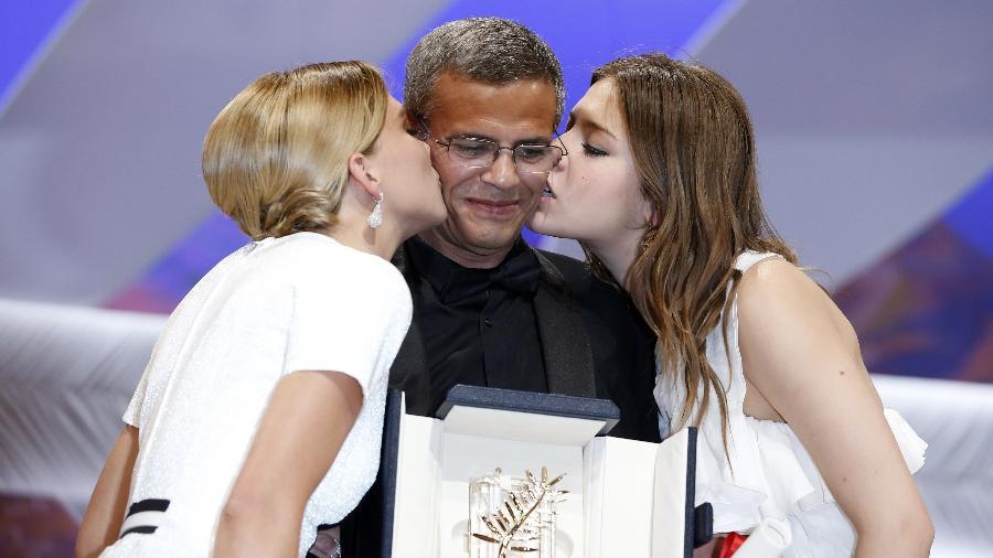 Abdellatif Kechiche recebe Palma de Ouro com Léa Seydoux (à esquerda) e Adèle Exarchopoulos - AFP/Getty Images