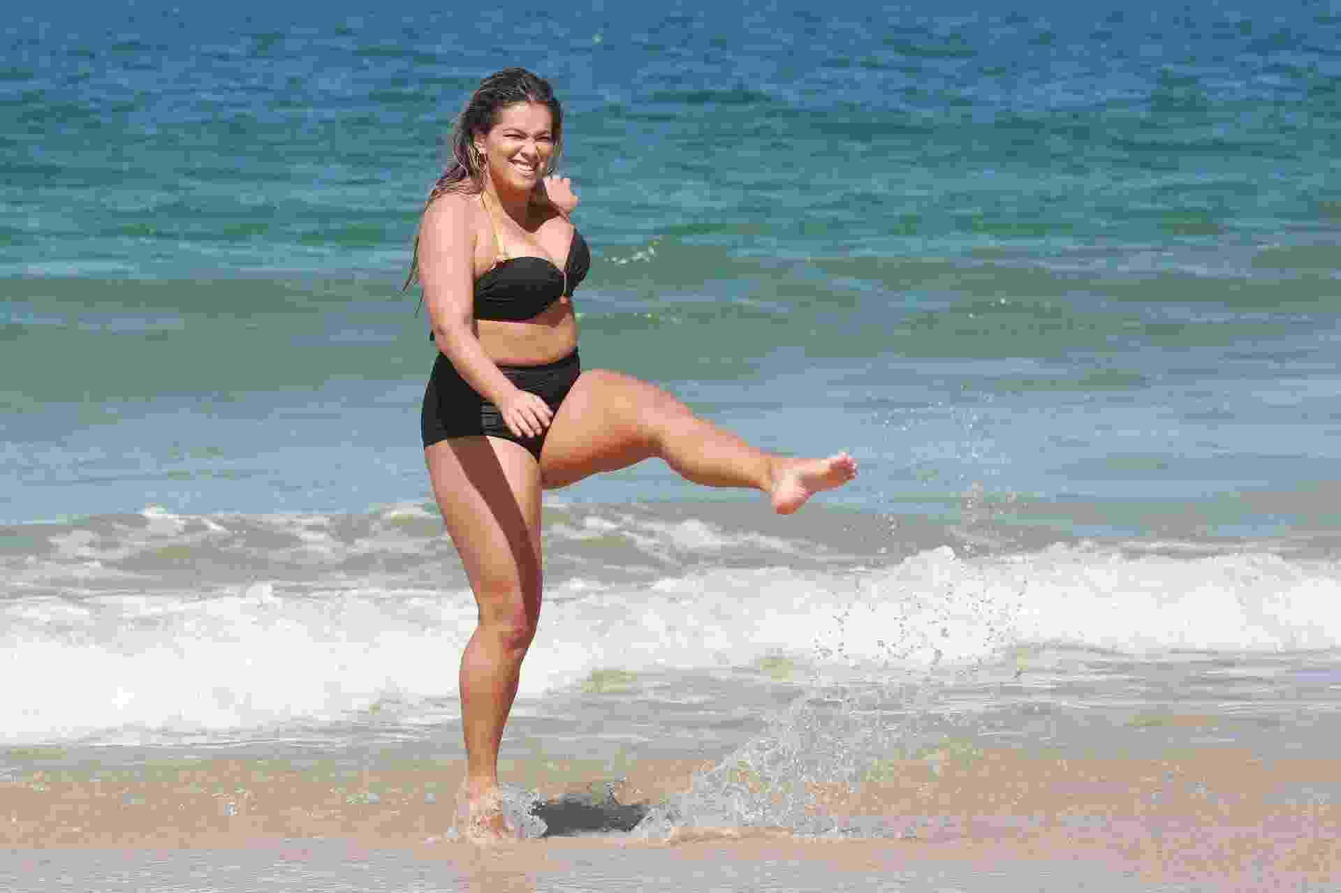"""Fani Pacheco gravou um vídeo para seu canal do Youtube """"Fani Quebra o Padrão"""", em que se assume uma """"gordinha feliz"""", na praia do Recreio dos Bandeirantes, na zona oeste do Rio - Dilson Silva/Ag.News"""