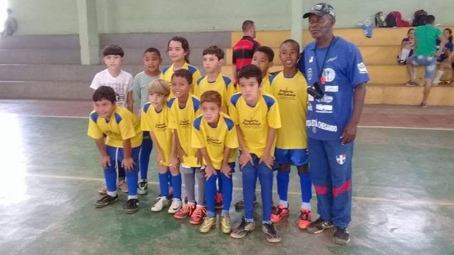 Maria Alice, o técnico conhecido como Tê e a equipe de futebol mirim de Vieiras (MG) - Arquivo Pessoal