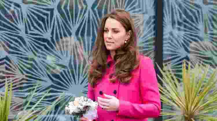 Os trench coats e casacos pesados foram um hit em ambas as gravidezes da duquesa. Kate optou por usá-los como vestidos ? um truque que facilita a montagem do look e traz conforto à futura mamãe. - Getty Images - Getty Images