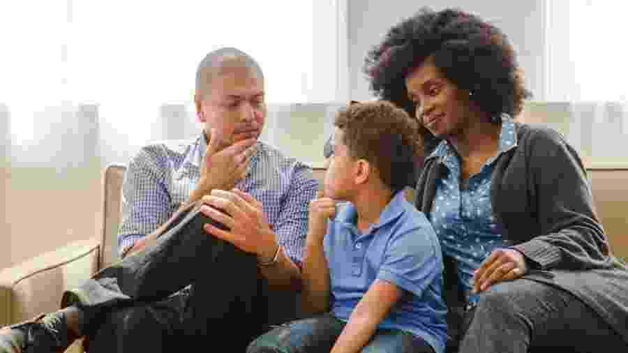 Não existe uma idade correta para começar a falar de temas difíceis com filhos, dizem especialistas - Getty Images