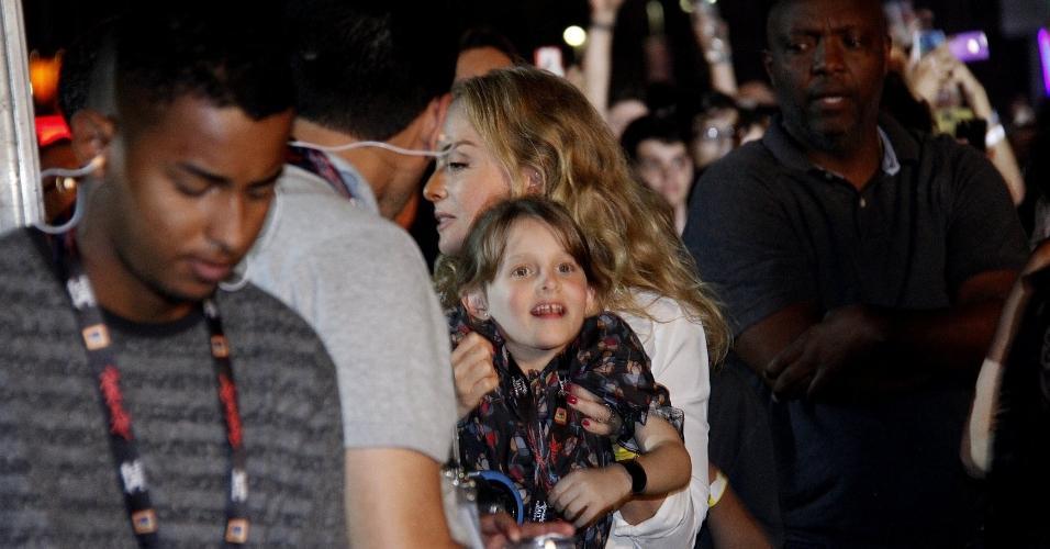 Angélica e Luciano Huck curtiram o show de Ivete Sangalo com os filhos Joaquim e Eva. O casal ainda trocou beijos durante o show