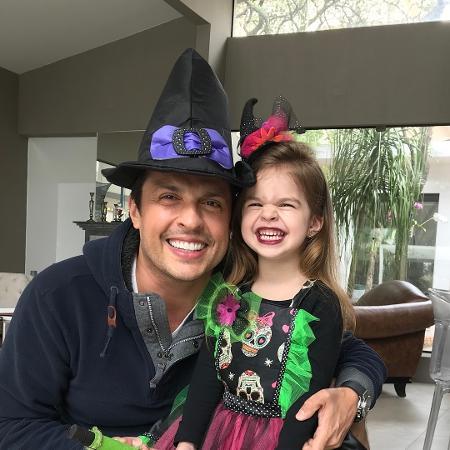 Ceará com a filha, Valentina, fantasiada de bruxa - Reprodução/Instagram