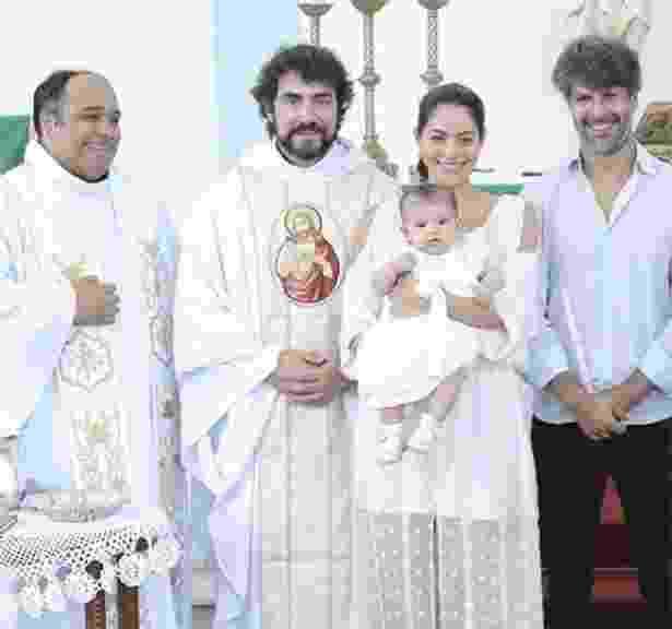 Carol Castro e o marido, Felipe Prazeres posam com Nina e os padres Fábio de Melo e Omar (à dir.) - Reprodução/Instagram/carolcastro