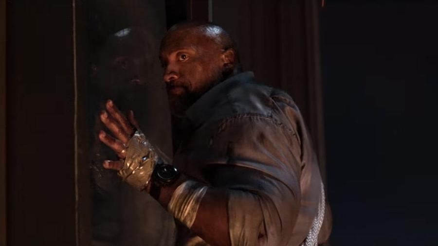 """Dwayne Johnson, o The Rock, em cena do filme """"Arranha-Céu"""" - Reprodução"""
