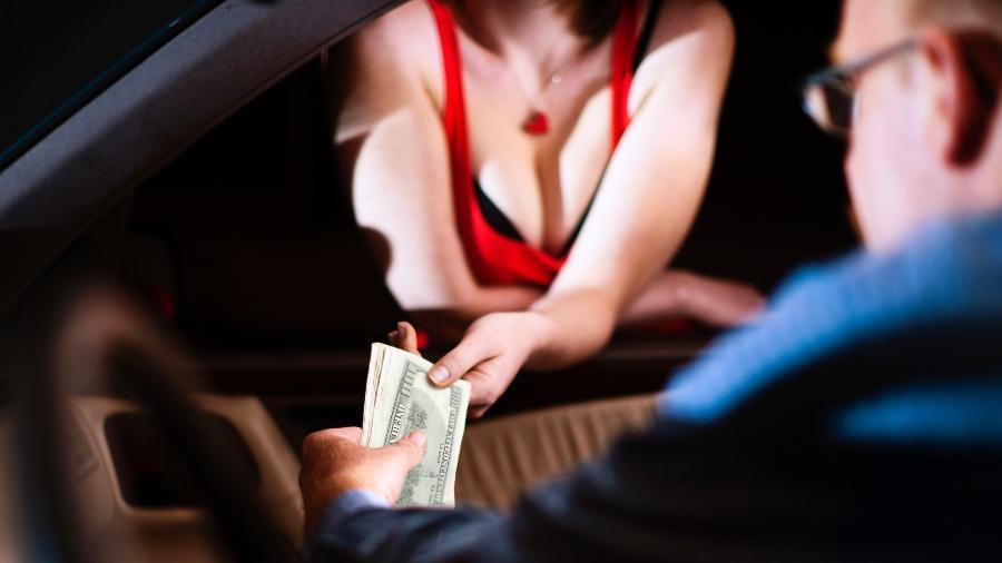 Propostas para sair da prostituição envolvem promessas de relacionamento e até contas pagas - iStockphoto/Getty Images