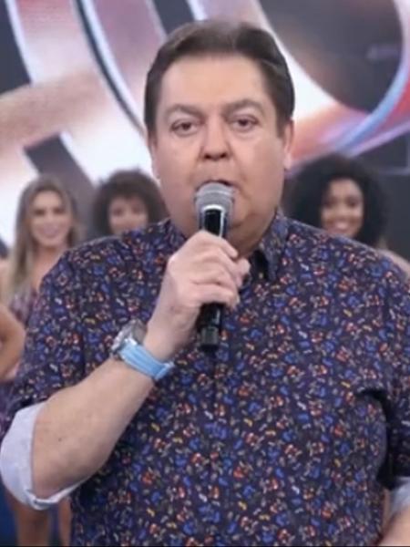 Faustão ficou visivelmente sem graça após atingir sem querer uma bailarina  - Reprodução/TV Globo